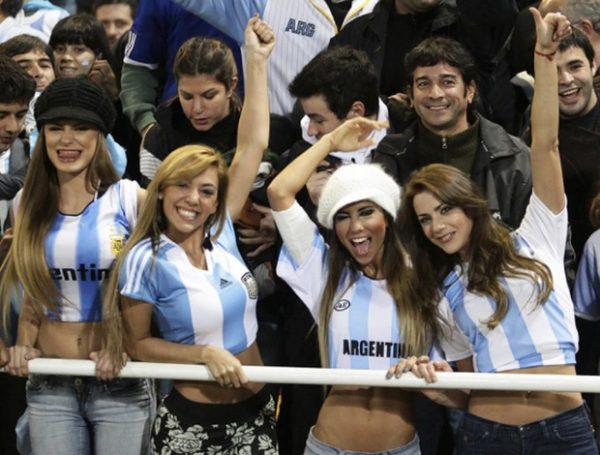 Nữ cổ động viên Argentina