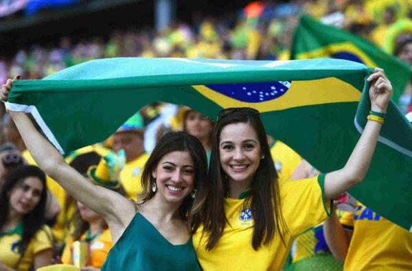 Nữ cổ động viên Brazil
