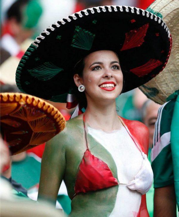 Nữ cổ động viên Mexico