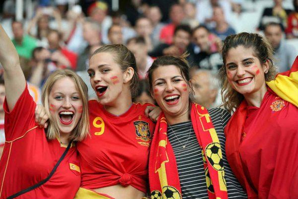 Nữ cổ động viên Tây Ban Nha