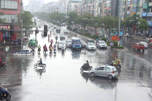 Người Hà Nội đón mưa sau đợt nắng nóng đỉnh điểm