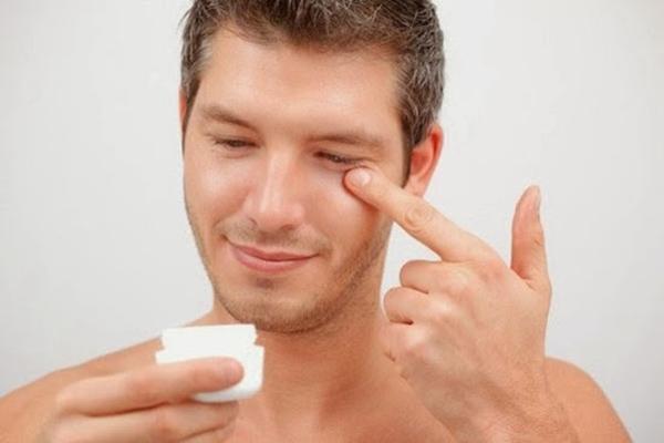 Chăm sóc da mặt tại nhà bằng cách thoa một ít kem dưỡng ẩm lên vùng mắt