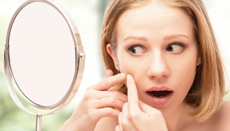 Sử dụng sản phẩm trị mụn là bước tiếp theo trong chăm sóc da mụn đúng cách