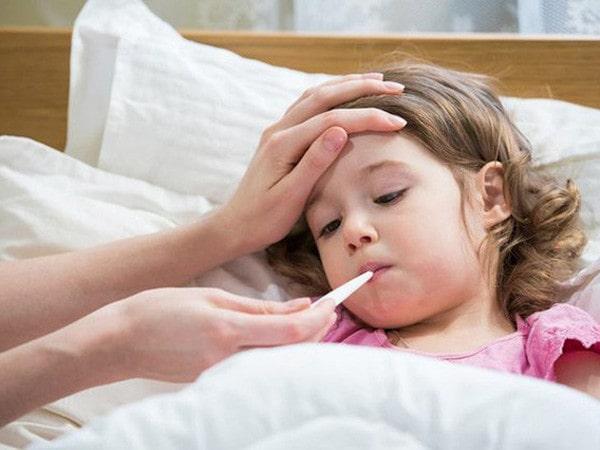 Cha mẹ nên làm gì khi trẻ bị sốt?
