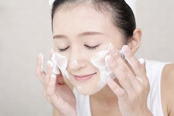 Dùng sữa rửa mặt để chăm sóc da mỗi ngày