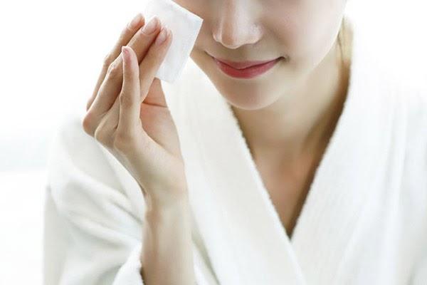 Dùng nước hoa hồng giúp se khít lỗ chân lông, bảo vệ da chắc khỏe